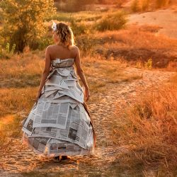 Ein Kostüm, das für Schlagzeilen sorgt: DIY-Kleid aus Zeitungen basteln